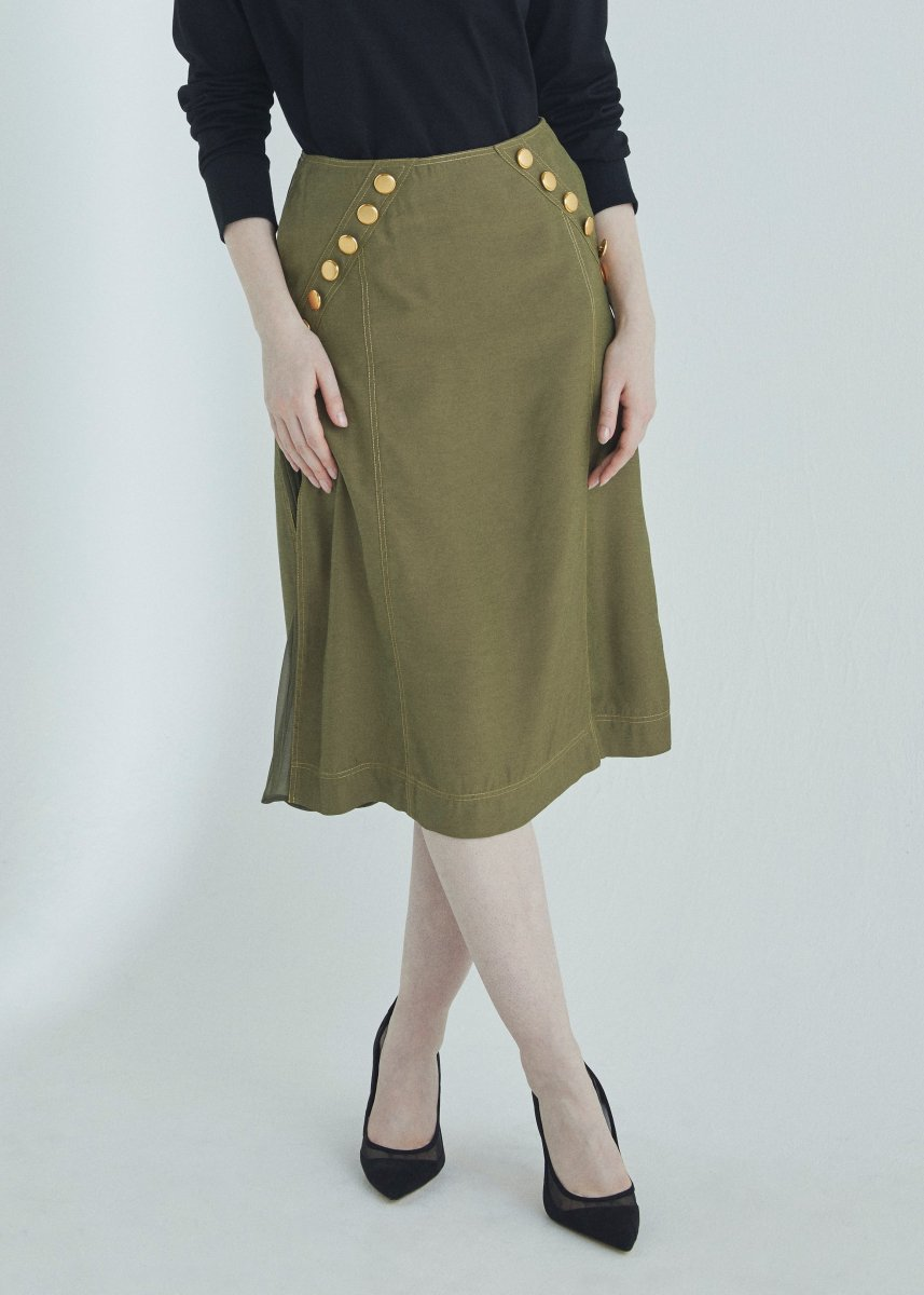 <img class='new_mark_img1' src='https://img.shop-pro.jp/img/new/icons1.gif' style='border:none;display:inline;margin:0px;padding:0px;width:auto;' />Button trimming pleats skirt