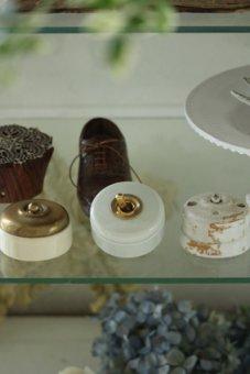 アンティーク風白い陶器のスイッチ
