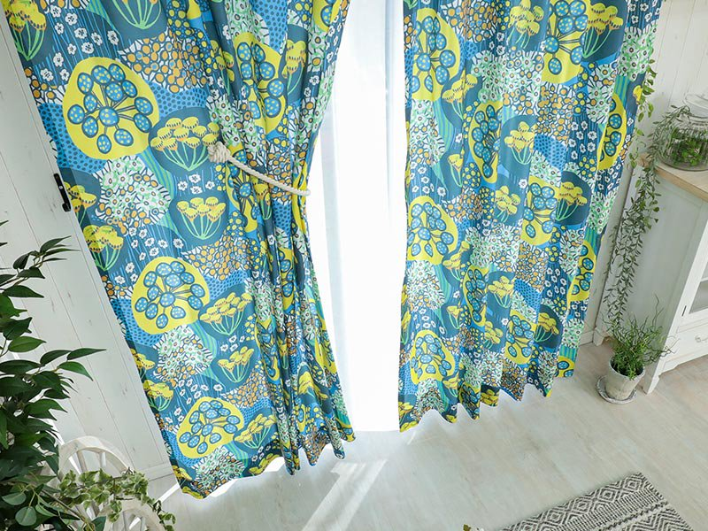 100サイズから選べる!一面に咲くフラワーモチーフがキュートな日本製ドレープカーテン『ケト ブルー』