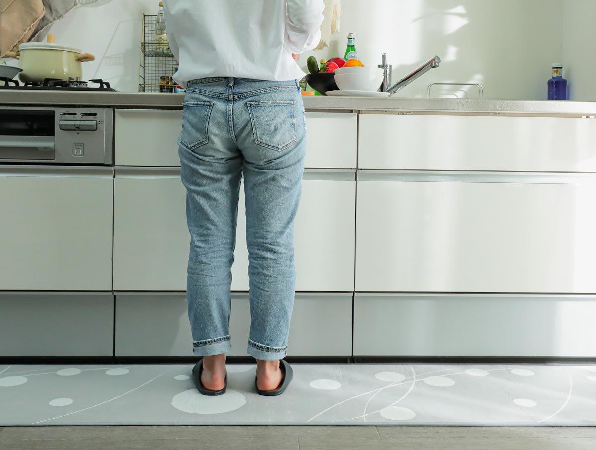 洗濯機で洗える!POPな水玉模様がお洒落なキッチンマット『ドット グレー 』