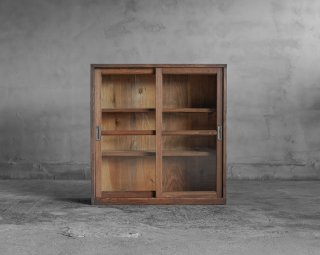 小ぶりな戸棚