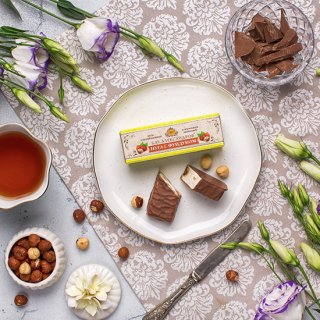 ヘーゼルナッツ入りヌガー <br> ミルクチョココーティング