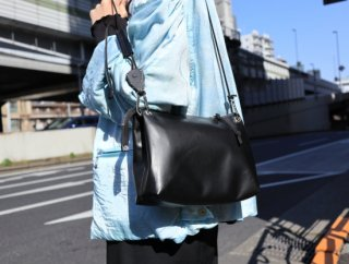 <img class='new_mark_img1' src='https://img.shop-pro.jp/img/new/icons1.gif' style='border:none;display:inline;margin:0px;padding:0px;width:auto;' />HIGH DENSITY LEATHER SHOULDER BAG