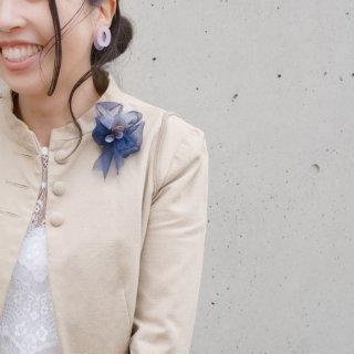 こぶりな咲き編みコサージュ|リバティとオーガンジーとスパンコールと。|ブラウ