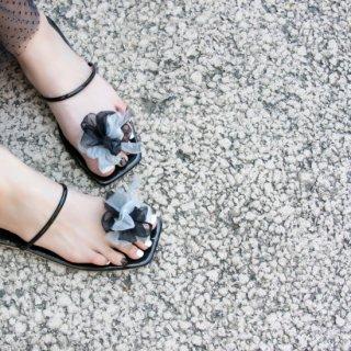 夏を彩る咲き編みトングサンダル|クールブラック