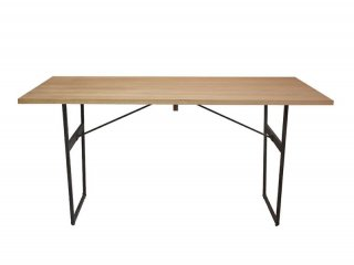 敢えて木目・色目を合わせないことでより個性的で風合いを感じるダイニングテーブル