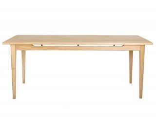 コーディネートの幅は数え切れず,板・脚の色共に明るい色味の木製のテーブル。