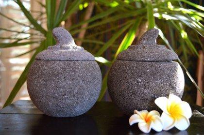 石のマンゴスチン型小物入れ