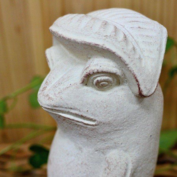 葉っぱ傘差し石像カエル