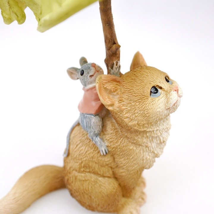 葉っぱの下のネコとネズミ