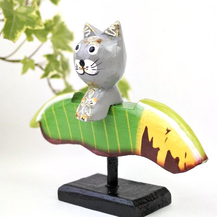 バナナリーフに乗ったネコ