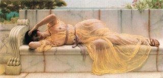 ドレープのある黄色い服の女