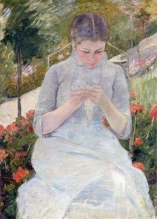 庭で縫物をする若い女性