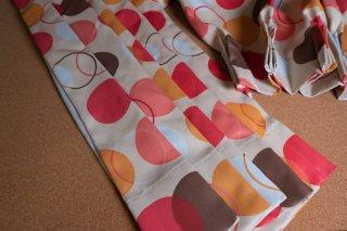 【生地】ピンク×イエロー ビタミンカラーのポップな丸模様のカーテン 幅57cm×丈225cm 輸入生地