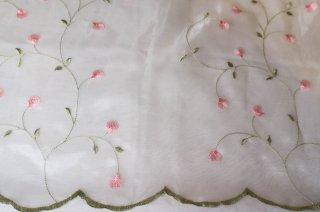 【生地】オーガンジーにピンクの撫子模様 刺繍 130cm×106cm フランス製 輸入生地