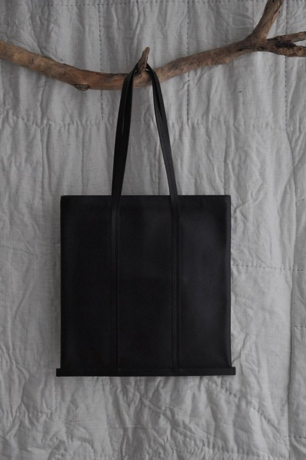 BUILDING BLOCK / LARGE LINE TOTE IN BLACK  / BLACK