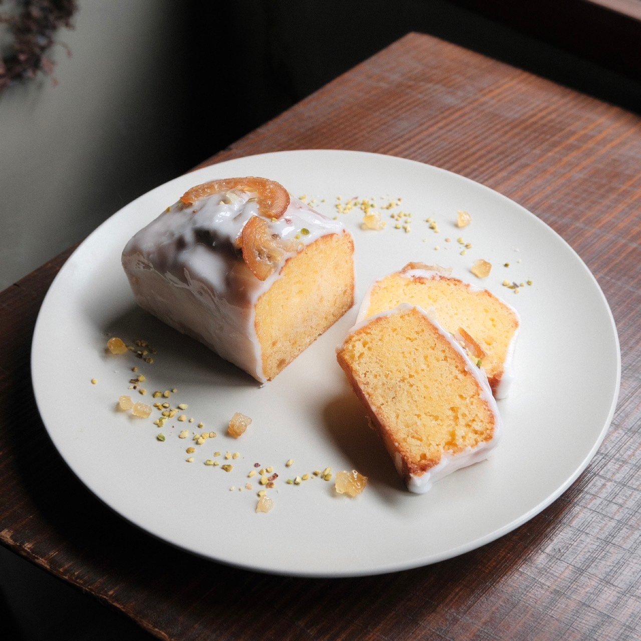 週末のお菓子ウィークエンドシトロン     フランスで週末に家で大切な人と食べるケーキと言われているのがこの「ウィークエンドシトロン」。  名前の由来通り「週末の家での時間を楽しんでほしい」という想いを込めて。    しっとりと焼き上げたレモンピール入りのバターケーキに、レモンのアイシングをたっぷりかけました。    素朴な味わいの中に、レモンの風味がふわっと華やかに広がるケーキです。週末のコーヒータイムに。  ・内容量 1本  【10.2cm/7.5cm/5.5cm】 ・賞味期限 製造日から14日 ・保存方法 冷蔵で保存して開封後はお早めにお召し上がりください。 ・ご注文後5日〜10日以内に出荷させていただきます。 ・配送日のご指定希望は注文日から5日後以降で備考にご記入ください。お時間いただくことがあります)  【スタッフからの一言】 素朴でレモンの鮮やかな味わいはスタッフ人気も凄いです。 そのままでももちろん美味しいのですが、華やかなコーヒーと相性がとても良く感じます。 エチオピア、ホンジュラス、バリ、ミャンマーなど、ちょっと果実味を感じるコーヒーとぜひ一緒に食べてみてくださいね。 週末のおうち時間が明るく、心安らぐ時間になりますように。 ワンホールですが、さっぱりとした飽きのこない味なので私は2日で食べてしまいました。一人で。 皆さんはちょっとずつ切り分けて、お召し上がりくださいね。  【お届けに関して】 クール便でお届けします。選択欄にてクール便をお選びください。 冷蔵庫もしくは10度以下の涼しい場所での保存をお願いいたします。  【原材料】 バター、上白糖、卵、薄力粉、アーモンドプードル、ベーキングパウダー、レモン果汁、レモンピール、粉糖、レモン