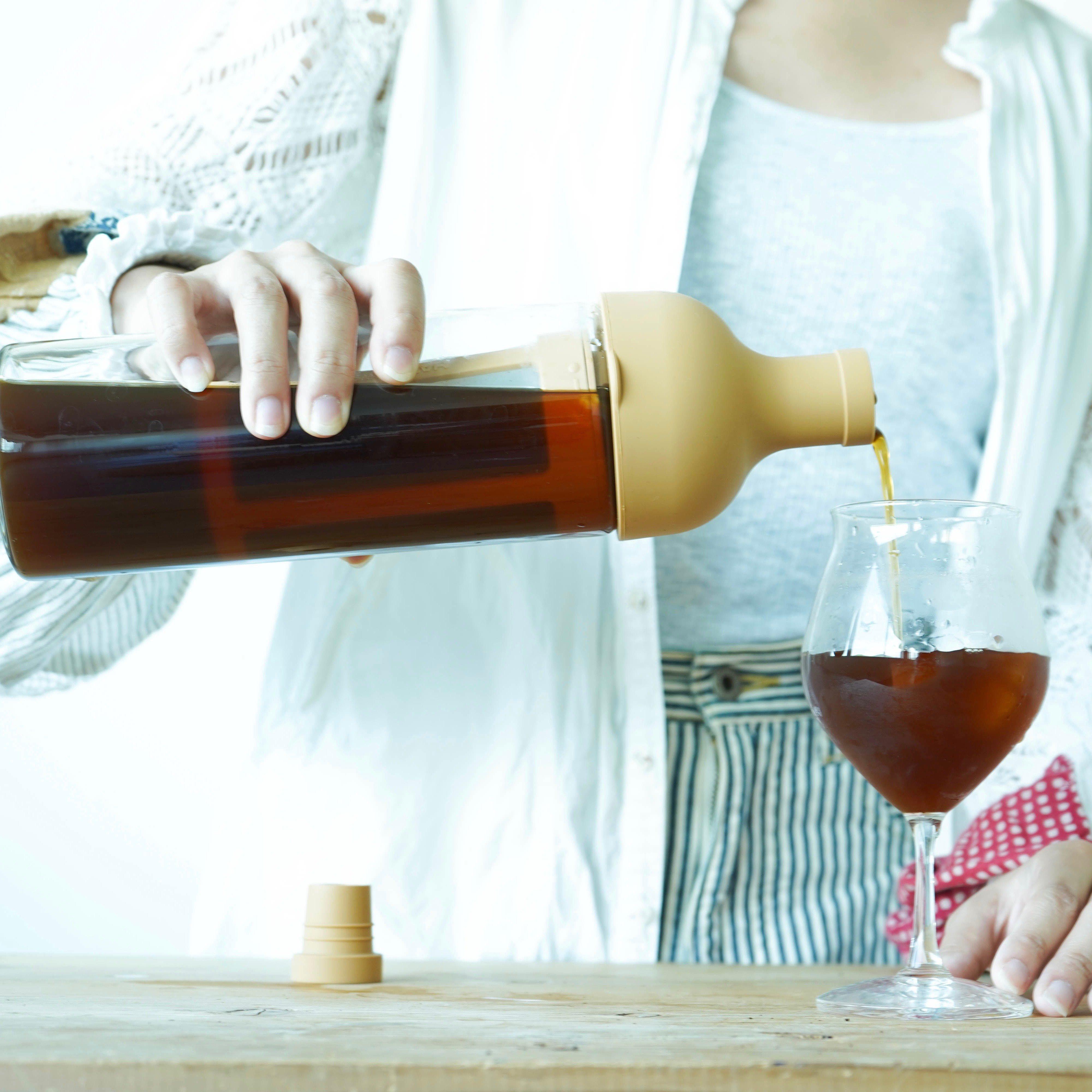 さあ、夏の支度をはじめよう     ワインボトル型のスタイリッシュな水出しボトルと、アイスコーヒーにオススメの夏限定ブレンド「琥珀のしずく」を一緒にお届けします。 夏に気軽に美味しく楽しめるコーヒーのセットです。  ちょっと特別な水出しコーヒーを。  【スタッフからの一言】 朝起きたら、コーヒーが待っていてくれるって幸せですよね。 この水出しボトルはそんな贅沢を叶えてくれます。 美味しいアイスコーヒーが出迎えてくれる夏の朝。ちょっとワクワクしますね。    〜水出しレシピ〜  浄水と粉の割合は10:1  ストレーナーにコーヒー粉を入れ、フタをして注ぎ口にセットしたら少量ずつ水を注ぎます。 水を注ぎ終えたら栓をして、ボトルをゆっくり左右に振って抽出を促します。 冷蔵庫で8時間程抽出してできあがりです。   MAMEBACO店長 〜おすすめアイスコーヒーレシピ〜  水ではなくお湯をかけてホットコーヒーを作り 冷ましてアイスコーヒーにするのもオススメです。 その場合は、700mlのお湯に40gの粉を入れたストレーナーを4分間浸けます。 4分後ボトルを左右にふって抽出を促します。(熱いのでタオルなどをお使い下さい)  最後にストレーナーを外して、粗熱を取り、冷蔵庫で冷やしたら完成です。 耐熱ボトルだからできるアイスコーヒーレシピです。  【内容】 ➀HARIO フィルターインコーヒーボトル 1本 ②アイスブレンド「琥珀のしずく」150g  【商品について】 ➀ カラー        :モカ   サイズ(mm)     : 幅 87 × 奥行 84 × 高 300   出来上がり容量    :650ml 材質 本体      :耐熱ガラス  注口 栓       :シリコーンゴム  ストレーナーフレーム :ポリプロピレン メッシュ       :ポリエステル   原産国        :日本   耐熱、食洗機OK    ②琥珀のしずく タビノネがアイスでオススメのブレンドに仕立てあげました。 柔らかい口当たり、胡桃のような香ばしい風味。 サクランボのような優しい甘さが広がります。 最後の一滴まで甘い、アイスコーヒーにもおすすめの季節限定ブレンド  焙煎度 フルシティロースト(深煎り)