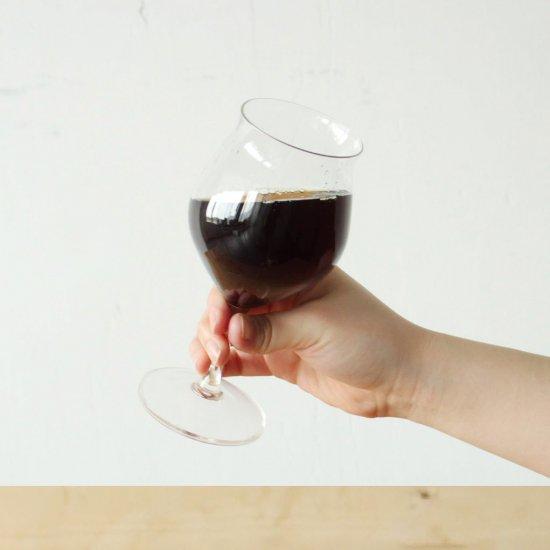 コーヒーのためのワイングラス     香りを愉しむ、コーヒーを愉しむ  コーヒーの「香りを愉しむ」ために作られたワイングラス。 耐熱ガラス製なのでホットもアイスもOKです。 ハンドドリップやコーヒーメーカーで抽出したコーヒーはもちろん、レンジで温めて作るアレンジドリンクや、夏の暑い時期に氷をたっぷり入れたアイスコーヒーも楽しめます。    一見シンプルなワイングラスですが、香りを愉しむために作られた細やかな設計はまさに「コーヒーのためのワイングラス」。 いつものコーヒーが、少し特別で華やかなものになるかも。    【スタッフからの一言】 「コーヒーのためのワイングラス」、響きがとても好きです。 コーヒーの香りって、癒されますよね。 タビノネの喫茶でも実際に使っていますが、普通のマグカップよりも香りが本当によく立ちます。 見た目もすごくおしゃれ。 脚付きのスタイリッシュな作りなので、いつものコーヒーが少し特別なものに見える。 頑張った自分のご褒美タイムや、大切な人と過ごす時間にぴったり。 電子レンジが使えるので、コーヒーだけでなくお料理を盛り付けてもお洒落かも。  【商品について】 製品サイズ   :幅84×奥行84×高170mm   容量    :満水容量300ml   重量    :約200g 材質    :耐熱ガラス 原産国   :日本製  電子レンジ・食洗機使用可