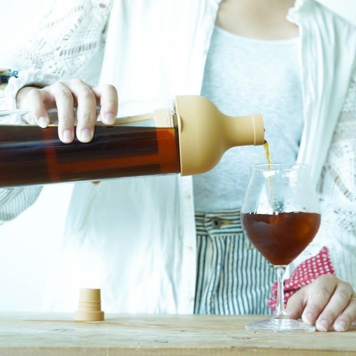 時間が作る「水出しコーヒー」。    コーヒー粉と水だけで水出しのアイスコーヒーが作れるボトルです。 本体についているストレーナーにコーヒー粉を入れ、少しずつゆっくりと水を注ぐだけ。 注ぎ終えたら、ボトルを左右に振って粉と水を馴染ませます。 あとは冷蔵庫で8時間。 夜に作れば、朝には美味しい水出しコーヒーが出来上がります。    このフィルターインコーヒーボトルはしっかりと密閉されるので、冷蔵庫で保存しておく際のにおいは気になりません。 そして何より、とってもおしゃれ。 冷蔵庫に1つ入れておくだけで、ちょっとだけ気分が上がります。 アイスコーヒーを作らない時にはお茶を作っても良いかも。  【スタッフの一言】 これ、可愛いしとっても便利なんです。 夜に作っておくだけで、朝には冷えた水出しコーヒーが飲める幸せ。 暑くて元気が出ない朝にぴったりです。 ごくごくっと美味しいアイスコーヒーを飲んで、暑い夏を乗り越えていきましょう。 個人的には深煎りで作るのが好きです!   MAMEBACO店長 〜おすすめアイスコーヒーレシピ〜  水ではなくお湯をかけてホットコーヒーを作り 冷ましてアイスコーヒーにするのもオススメです。 その場合は、700mlのお湯に40gの粉を入れたストレーナーを4分間浸けます。 4分後ボトルを左右にふって抽出を促します。(熱いのでタオルなどをお使い下さい)  最後にストレーナーを外して、粗熱を取り、冷蔵庫で冷やしたら完成です。 耐熱ボトルだからできるアイスコーヒーレシピです。  【商品について】 商品名       :フィルターインコーヒーボトル カラー        :モカ   サイズ(mm)    : 幅 87 × 奥行 84 × 高 300   出来上がり容量     :650ml 材質 本体     :耐熱ガラス  注口 栓      :シリコーンゴム  ストレーナーフレーム :ポリプロピレン メッシュ       :ポリエステル   原産国       :日本   耐熱、食洗機OK