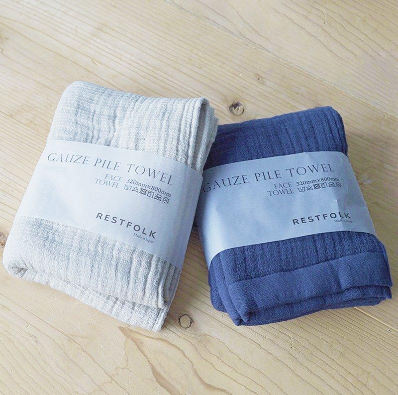 """ガーゼの優しい肌触りとパイルの高い吸水性    泉州ではタオルを織り上げた後にこれらを漂白・水洗いするための""""後ざらし""""工法を行うことによって、吸水性や通気性に優れた、肌ざわりの良いタオルが出来上がります。 そんな泉州で、50年以上も前から稼働しているアナログなシャトル機を使って織り上げた新しい発想のタオルです。    起毛させるようにループを作りながら織るパイルを、平織りで柔らかに織ったガーゼで挟み込むように仕立てたガーゼパイルタオル。 空気をたっぷりと含み、ふんわりとしたボリュームがありながら、肌触りもよいのが特徴です。 その気持ちよさは、フェイスタオルだけでなく枕カバーとしても使いたくなるほど。一緒に眠りたくなるような質感のタオルです。  出産祝いなどの贈りものとしても喜ばれるひと品です。     【スタッフの一言】 タオルはこだわりの良いモノを使いたい派です。 ふわふわのタオルに触れたときに感じる至福感。 顔や手に直接触れるものの質感がいいと、心地よい暮らしが近づいた気がします。 一度一緒に寝ると手放せなくなります。通気性がよくて、ふかふかで。こんな枕カバーを探してたという方も多いのではないでしょうか。一緒に是非眠ってみてくださいね。   【商品について】 生産国:日本 カラー:ホワイト、グレー サイズ:W32×L80cm(ABT) 素材:綿100% ブランド:RESTFORK"""