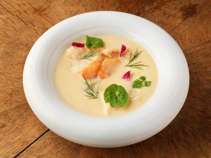 帆立と海老とお野菜、<br />白ワインソース<br />Scallops, shrimps, vegetables,<br />white wine sauce