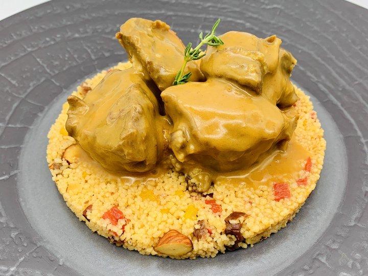子羊肩肉のカレー、<br />ドライフルーツのクスクス<br />Lamb shoulder Curry, couscous<br />semolina with dried fruits