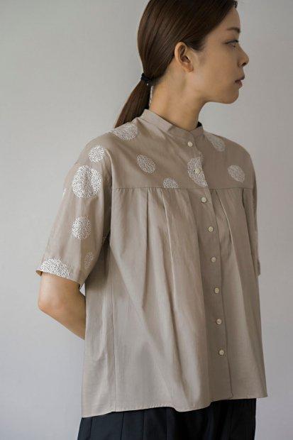 マリモ刺繍<br>ベルトカラー<br>タックブラウス<br>5分袖
