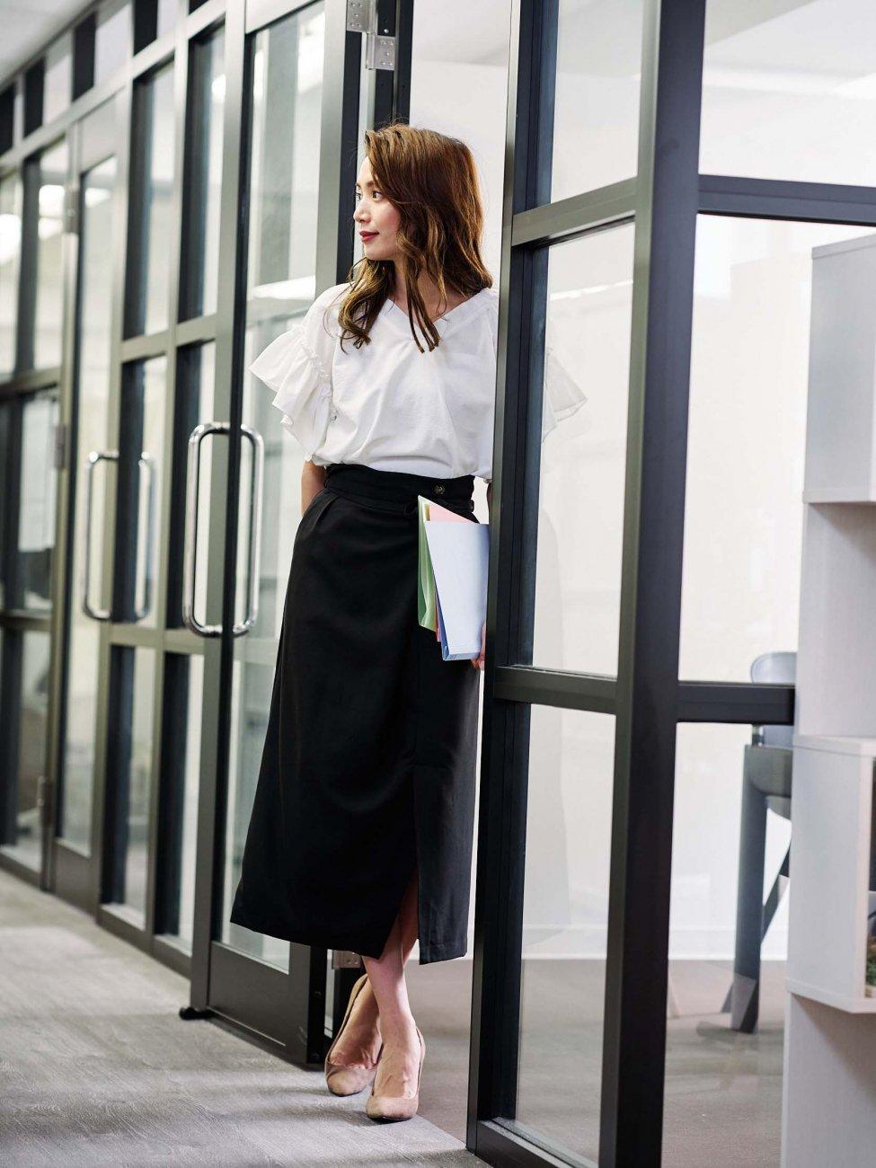 白トップス×ラップ風タイトスカート