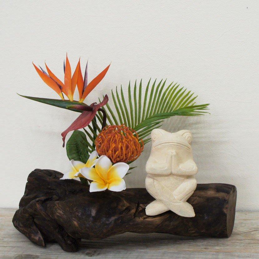 バリカエルと人工観葉植物の流木アート