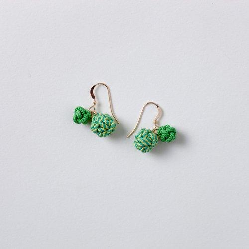 緑色の2つ結び玉ピアス