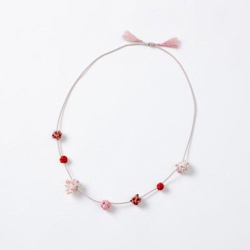 桜ピンクの結び玉ネックレス