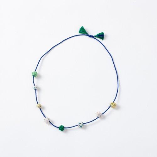 ブルーの紐にグリーン系の結び玉ネックレス