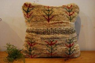 ギャッベクッションカバー/原毛ベースに赤と緑の木