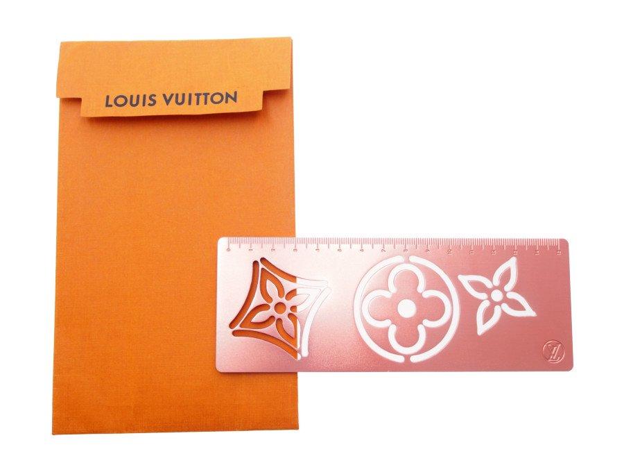 【展示品】ルイヴィトン LOUIS VUITTON 定規 ものさし スケール 15cm モノグラム 型抜き 金属製 シャンパンピンク 希少 廃番品 シリアル有り の商品画像