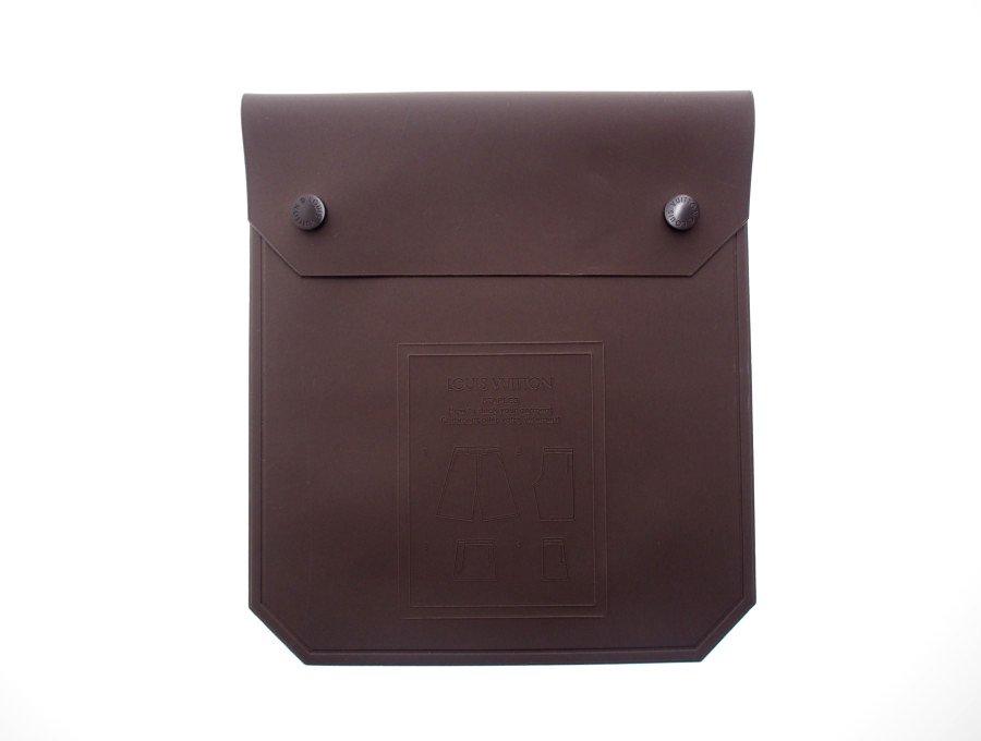 【新品】ルイヴィトン LOUIS VUITTON フラットポーチ ラバーケース STAPLES 衣類付属 スナップボタン ブラウン 希少品の商品画像