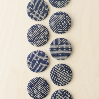 福田利之さんイラスト 福島の刺子織 ブローチ(ネイビー)